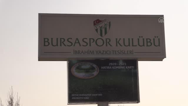 Bursaspor'un efsanesi Batalla'nın heykeli törenle tesislere dikildi