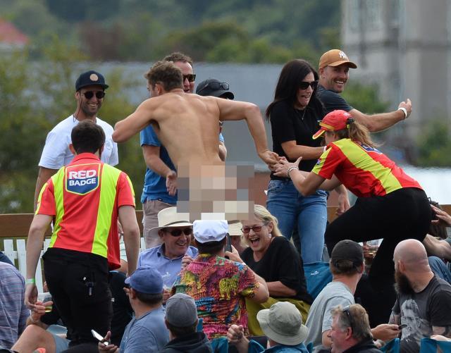 Yeni Zelanda'da oynan kriket maçında bir taraftar çırılçıplak şekilde sahaya atladı